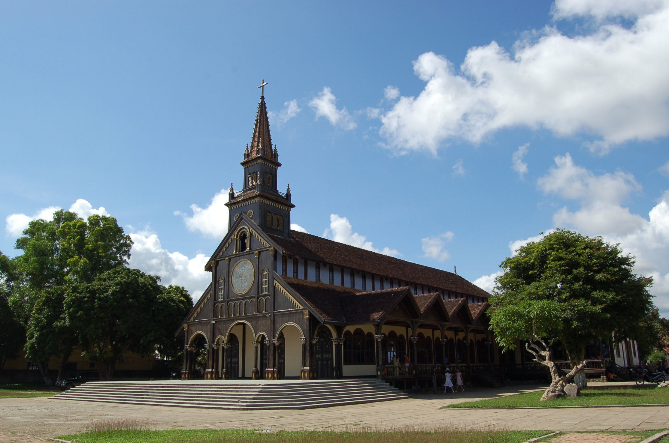 Kontum_wooden_catholic_church
